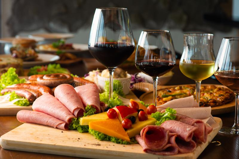 Antipastiuppläggningsfatet med olika kött- och ostprodukter uppvaktar på royaltyfri bild