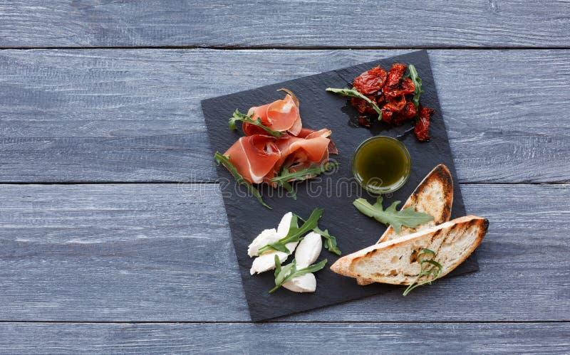 Antipasto πιατελών τομέα εστιάσεως με το prosciutto και τη μοτσαρέλα στοκ φωτογραφία
