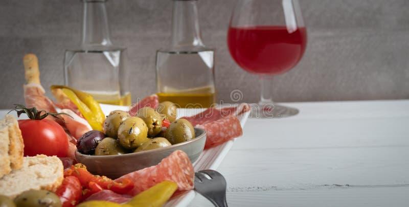 Antipasto σε ένα άσπρο πιάτο στοκ εικόνες