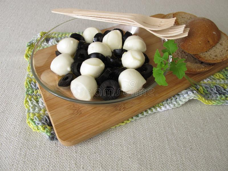 Antipasto avec les olives noires et les boules de mozzarella en huile d'olive photographie stock libre de droits