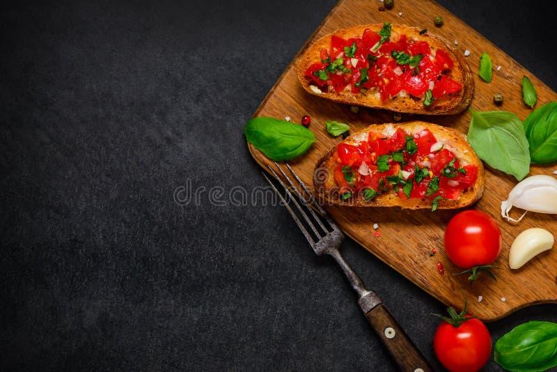 Antipasto de Bruschetta com tomate e manjericão no espaço da cópia imagem de stock royalty free