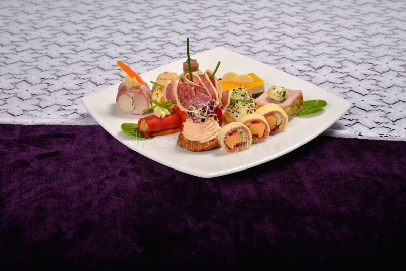 Antipasto e vassoio di approvvigionamento con differenti aperitivi (frutti, immagine stock libera da diritti