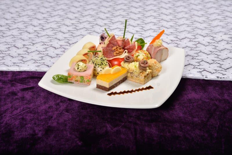 Antipasto e vassoio di approvvigionamento con differenti aperitivi (frutti, immagini stock