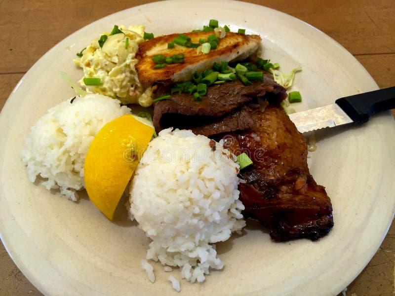Antipasto hawaiano dei maccheroni del riso del pollo del manzo del piatto misto fotografia stock libera da diritti