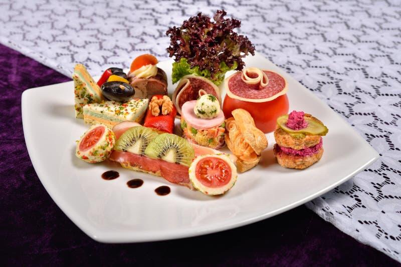 Antipasto i cateringu półmisek z różnymi zakąskami, restau zdjęcie stock