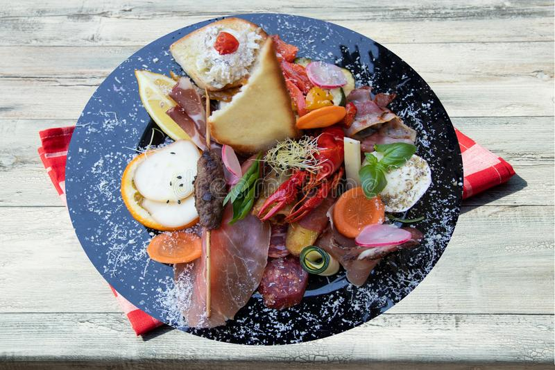 Antipasto italien typique mélangé avec les légumes et le cancer de jambon photographie stock