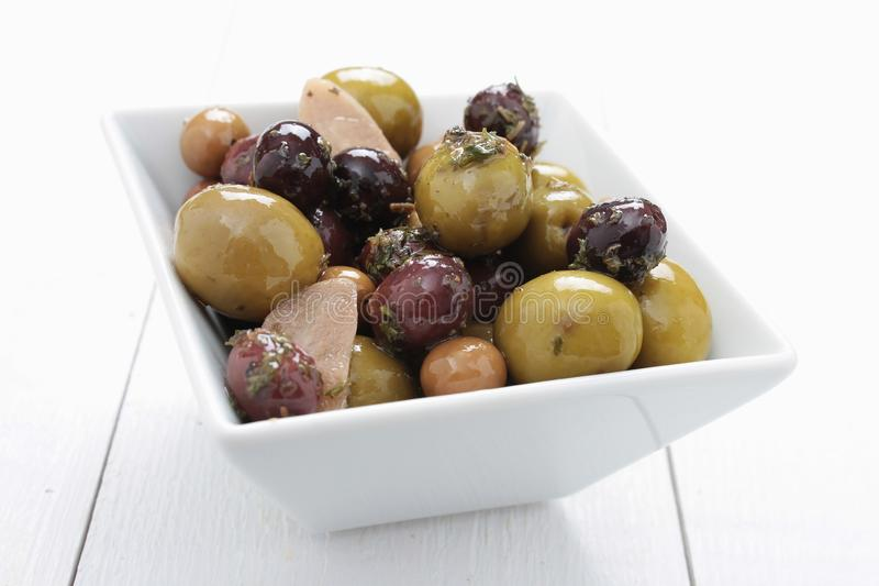Antipasto misturado das azeitonas no prato imagens de stock royalty free