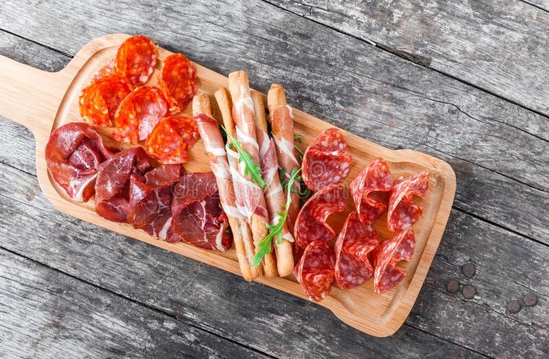 Antipasto półmiska zimnego mięsa talerz z grissini chlebowymi kijami, pr obrazy stock