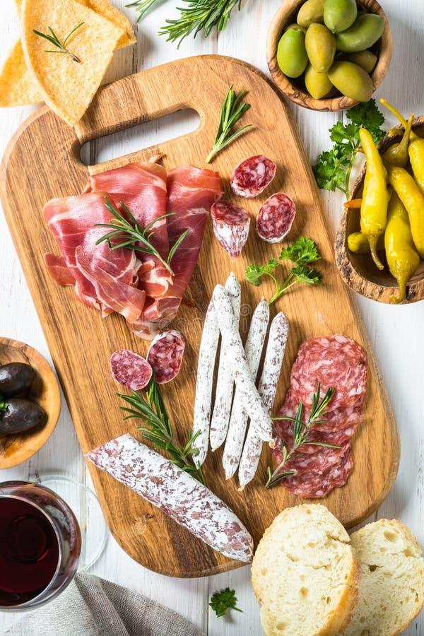 Antipastomatvaruaffär - kött, ost och oliv royaltyfria bilder