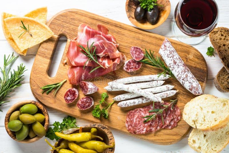 Antipastomatvaruaffär - kött, ost och oliv arkivbilder