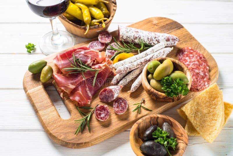 Antipastomatvaruaffär - kött, ost och vin royaltyfria foton