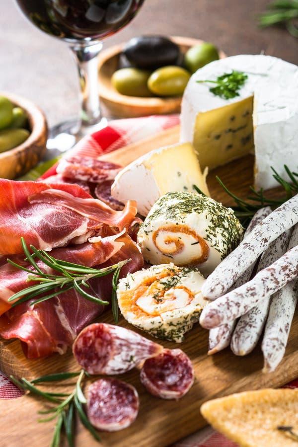 Antipastomatvaruaffär - skivat kött, skinka, salami, ost, oliv arkivbilder