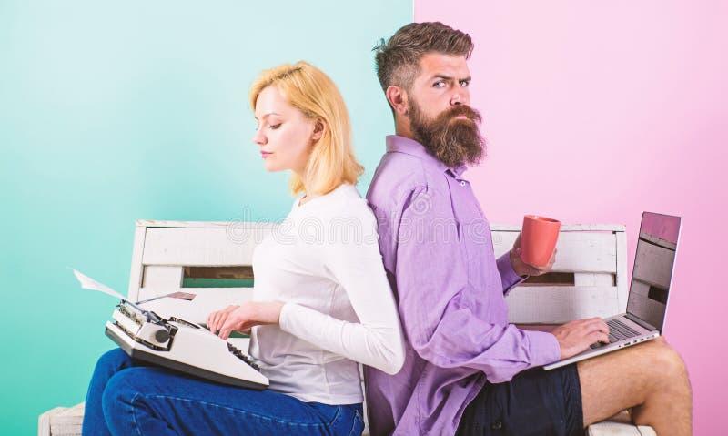 Antiquato contro moderno, antiquato contro nuovo Il computer portatile e la donna alla moda moderni di uso del lavoro dell'uomo f immagine stock
