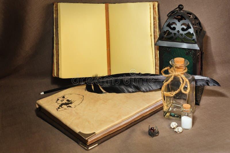 ` Antiquato s dell'alchimista o area di lavoro antica del ` s dello scrittore fotografia stock libera da diritti