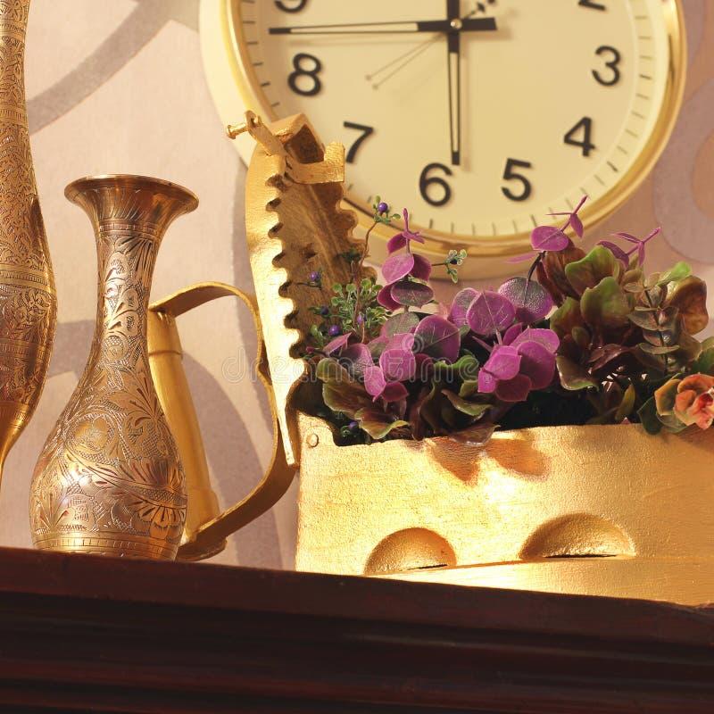 antique Старые утюг, кувшин и ваза старые вещи стоковое изображение rf
