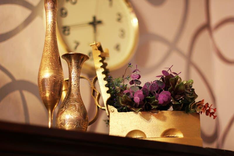 antique Старые утюг, кувшин и ваза старые вещи стоковое фото