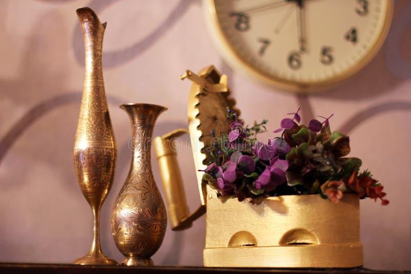 antique Старые утюг, кувшин и ваза старые вещи стоковое изображение