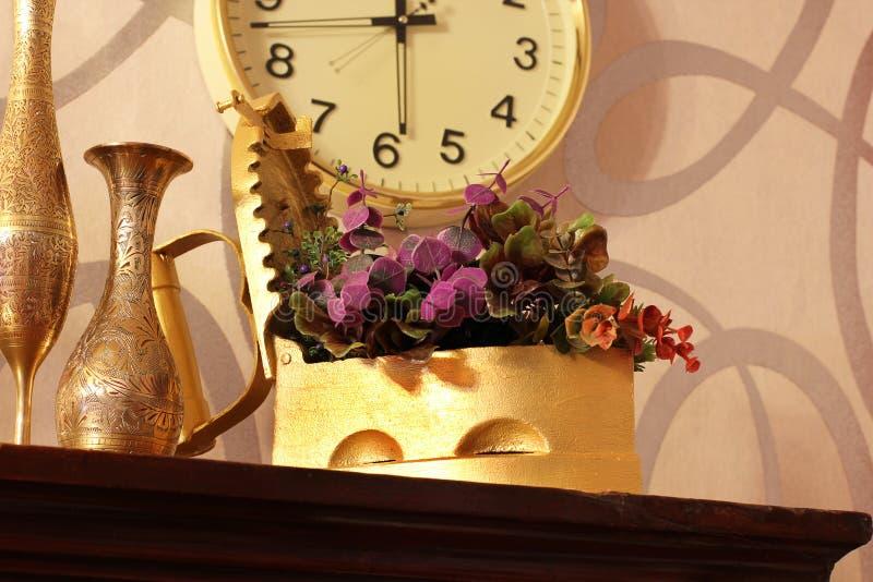 antique Старые утюг, кувшин и ваза старые вещи стоковые изображения