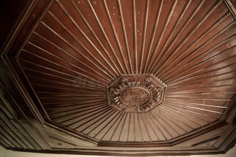 Antique ceilling av trä på offentlig plats i staden Leskovac Serbien royaltyfria foton