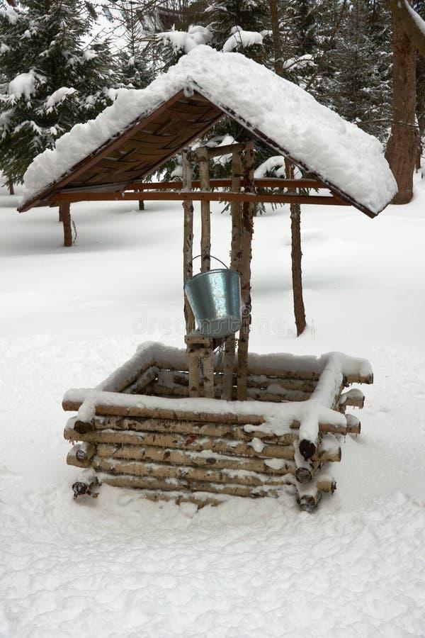 Antique en bois puits d'eau en hiver photo libre de droits