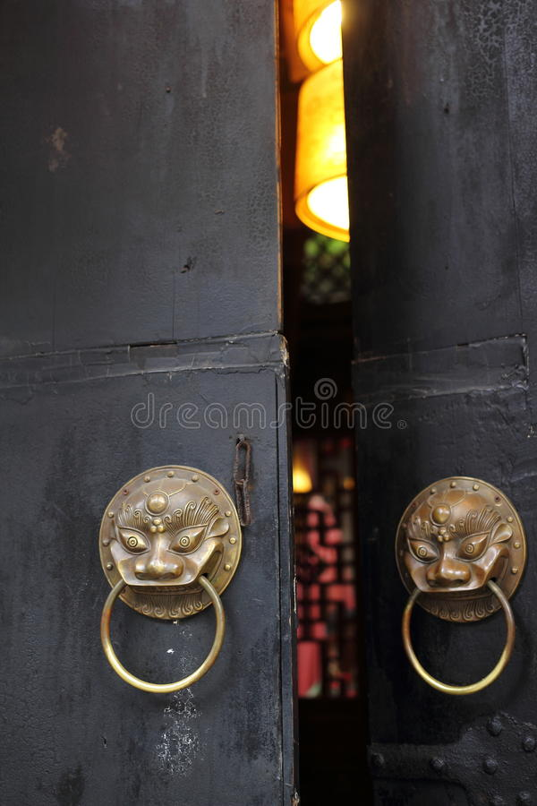 Free Antique Lion Head Door Knob At A Chinese Door Stock Photo - 41195220
