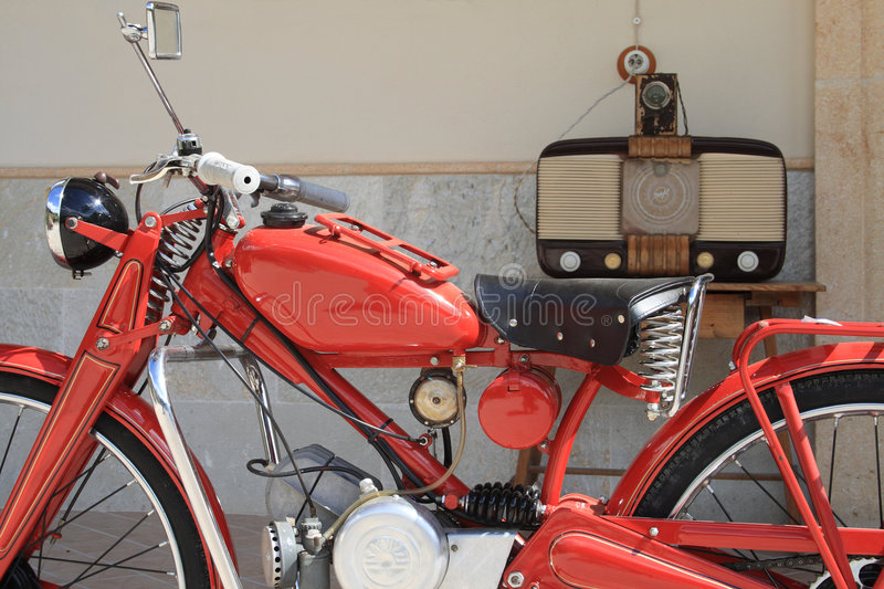 Antique-Radio-Vintage-Motorbike royalty free stock photos