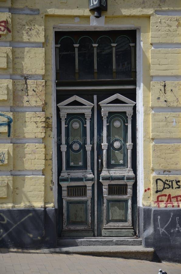 Antiqued дверь в Киеве стоковое изображение