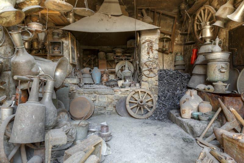 Antiquitätengeschäft in den Dorfhaushaltsartikeln Lahij Aserbaidschan lizenzfreies stockbild
