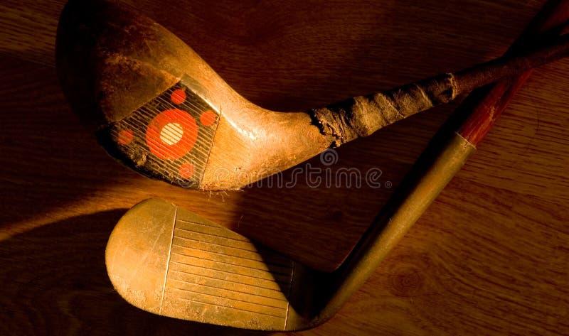 Antiquité, clubs de golf de cru peints avec la lumière photo stock