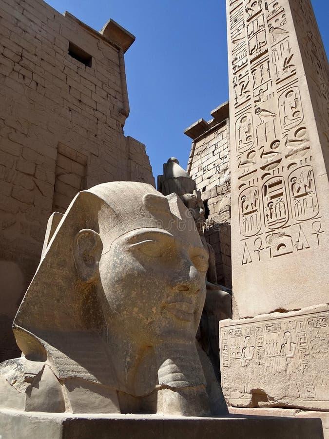 Antiquités égyptiennes devant l'entrée au temple de Louxor photo stock