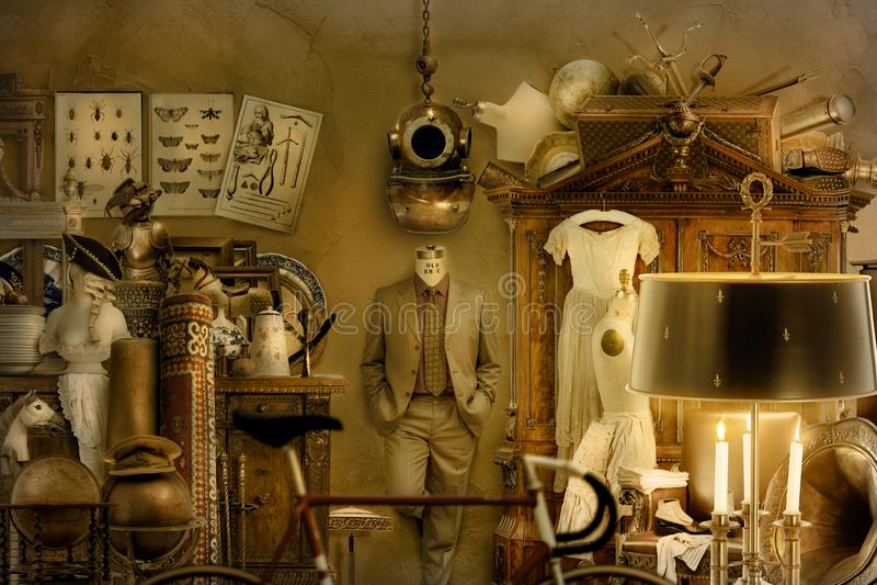 Antiquiteiten, meubilair en kleding in het licht van het branden van kaarsen stock foto