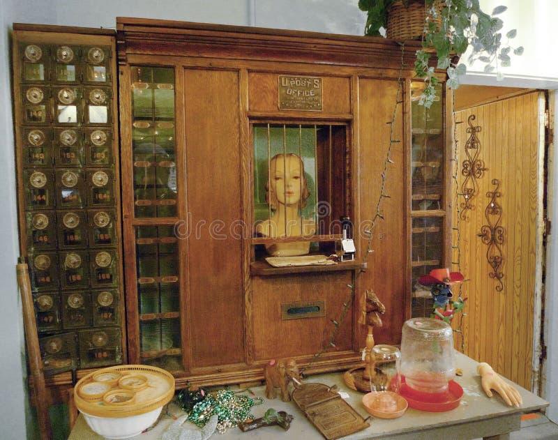 Antiquiteiten op vertoning, Ledenpop met het venster van de postkantoorkooi royalty-vrije stock foto