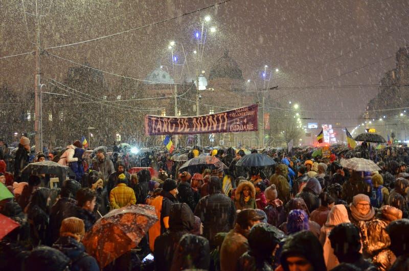 Antiregierung protestiert in Bukarest im rauen Wetter stockfotos