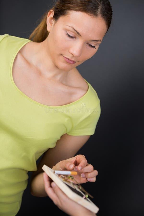 Antismoking tło z łamanymi papierosami w oklepu obraz stock