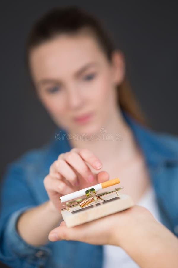 Antismoking z łamanymi papierosami w oklepu zdjęcie royalty free