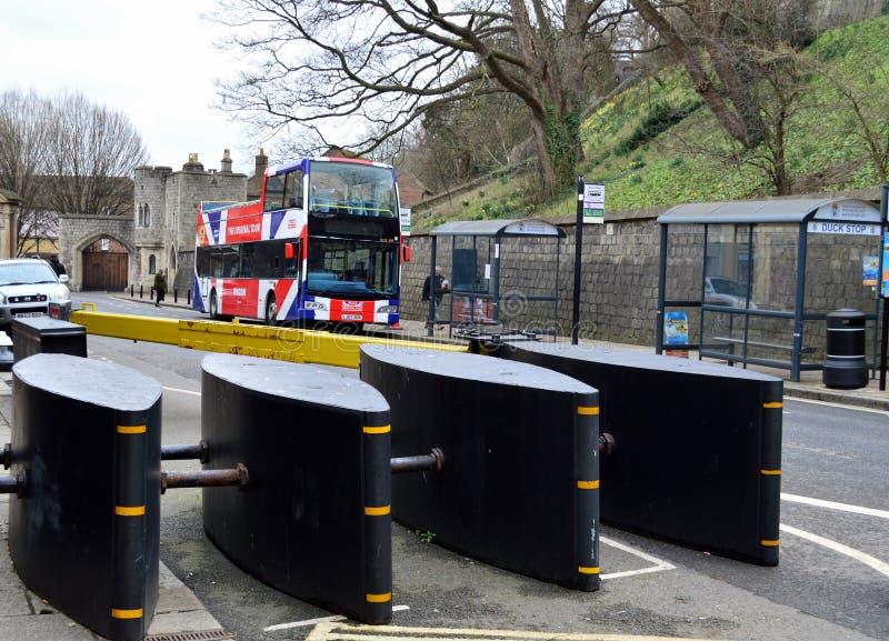 Antiterrorismsäkerhetsbarriärer i Windsor High Street Berkshire Uk royaltyfri foto