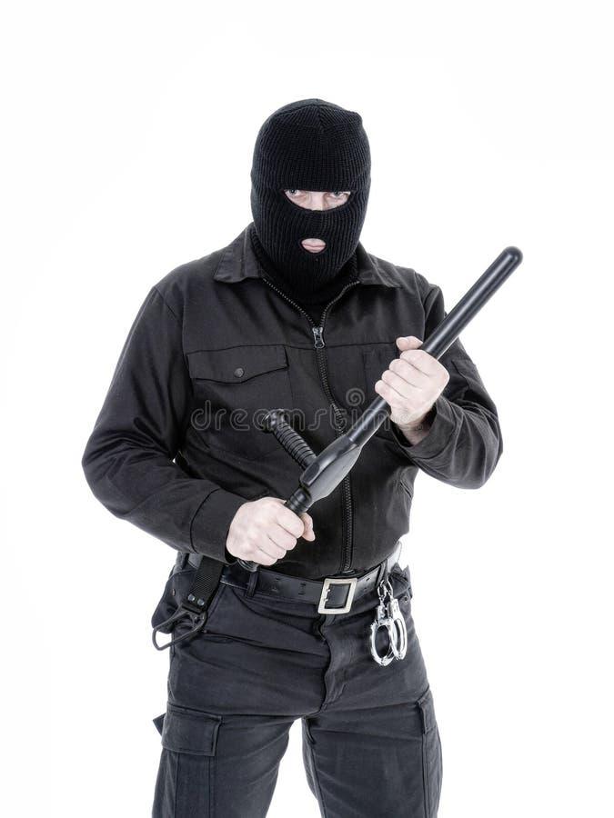 Antiterroristenpolitieagent in zwarte eenvormige en zwarte balaclava stock afbeelding