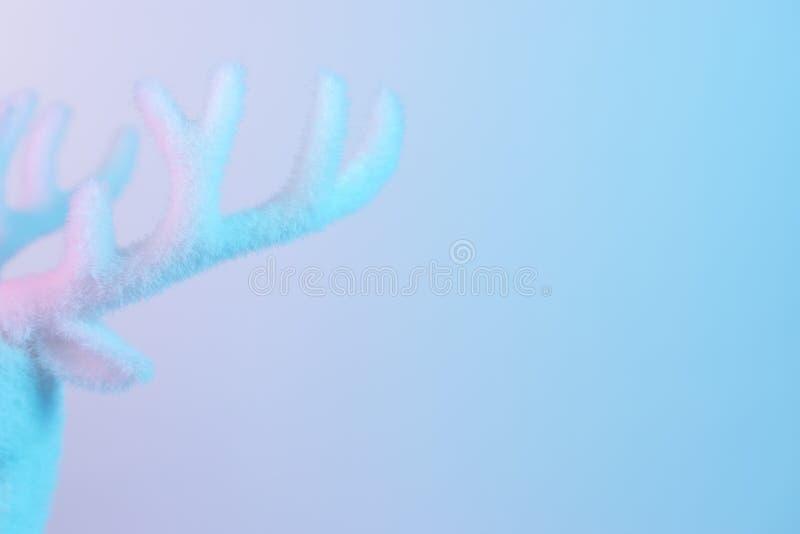 Antle blanc de renne dans des couleurs olographes de gradient audacieux vibrant Concept minimal d'art de Noël et de nouvelle anné photo libre de droits