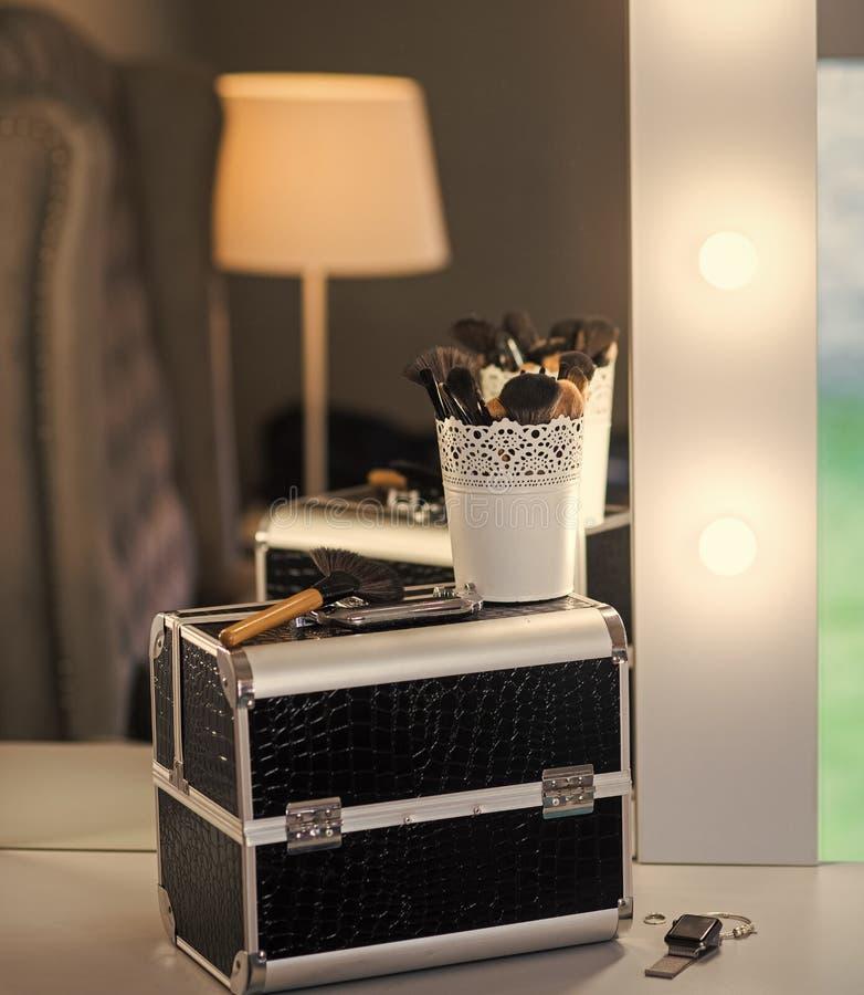 Antlitzkurs, Kosmetik, bilden Make-upfall mit Bürsten am Spiegel auf Frisierkommode Fachmann bilden Ausrüstung herein lizenzfreie stockfotos
