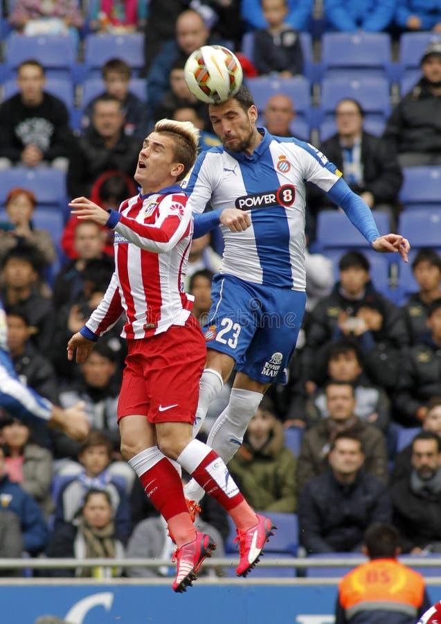 Antoine Griezmann de Atlético Madrid Anaitz Arbilla de Espanyol imagem de stock royalty free
