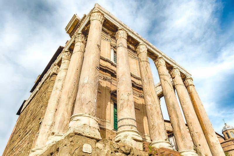 Antoninus和Faustina寺庙的废墟在罗马,意大利 免版税库存照片