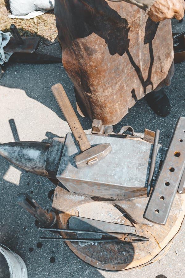 antonio дальше оно лежит молоток кузнечные поковки : стоковые фото