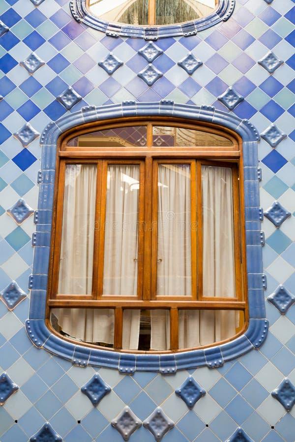 Antonio Gaudi domu Casa Batllo wnętrze wyszczególnia †'wdowa w wewnętrznej poziom przestrzeni zdjęcie royalty free
