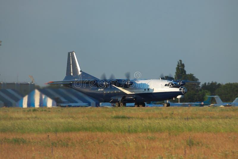 Antonov ένας-12 αεροπλάνο μεταφοράς εμπορευμάτων στοκ φωτογραφίες