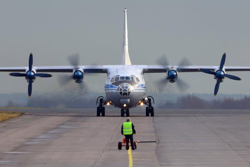 Antonov An-12 que taxiing em Zhukovsky imagens de stock royalty free