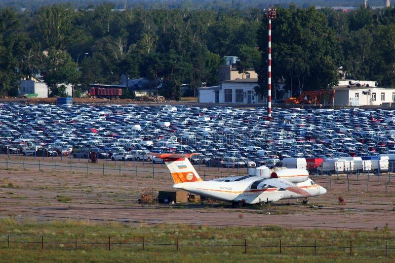 Antonov An-74 RA-74003 стоя на закрытом авиапорте Bykovo стоковое фото rf