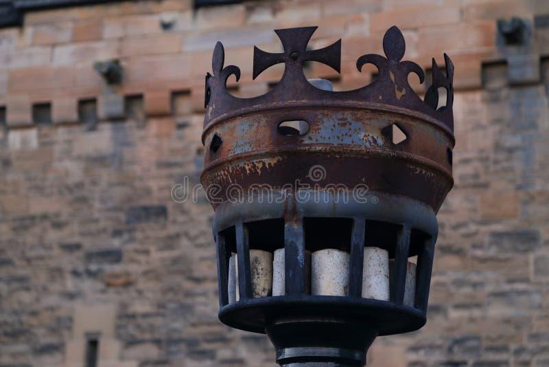 Antorcha antigua del metal en forma de la corona en la entrada del castillo de Edimburgo, Escocia Símbolo escocés imagen de archivo libre de regalías