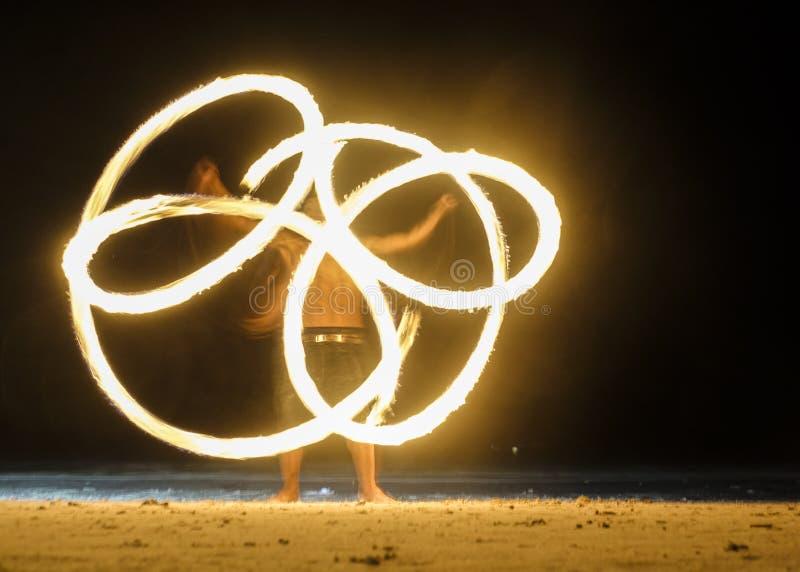 Antorchas ardientes de Sspinning en la demostración del fuego de la noche fotos de archivo libres de regalías