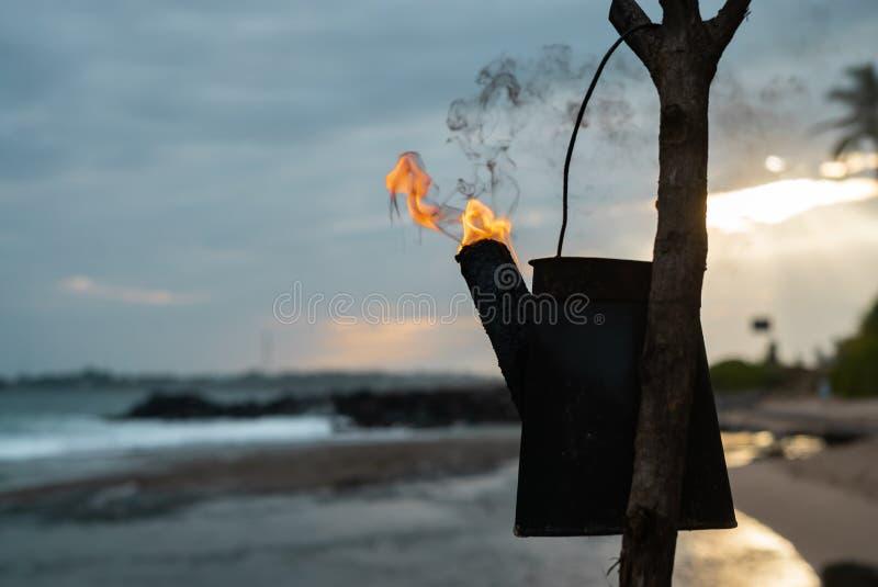 Antorchas de Tiki con una puesta del sol hawaiana anaranjada brillante foto de archivo