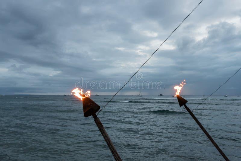 Antorchas hawaianas en la puesta del sol, Lahaina, Maui fotos de archivo
